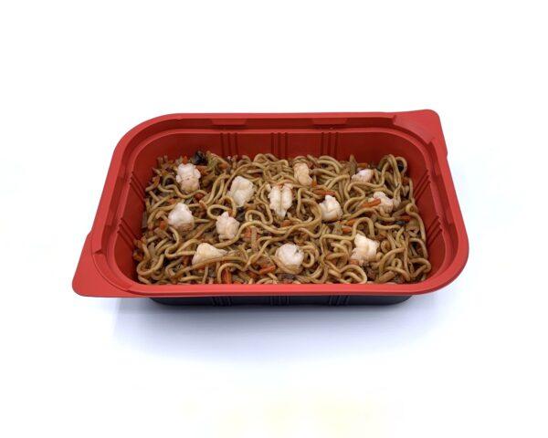 Comida congelada precocinada noodles con verduras y gambas salteadas